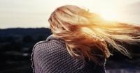 I consigli dell'Ayurveda su cosa non fare per i capelli grassi