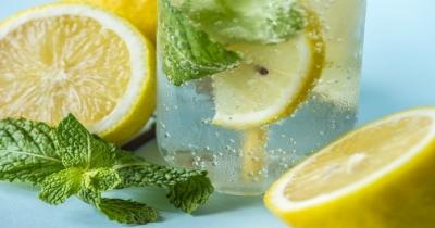 Benefici di bere acqua e limone ogni giorno secondo l'Ayurveda