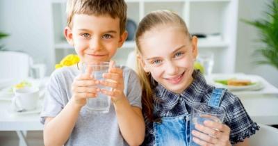 L'acqua per i bambini è fondamentale, ecco come farli bere