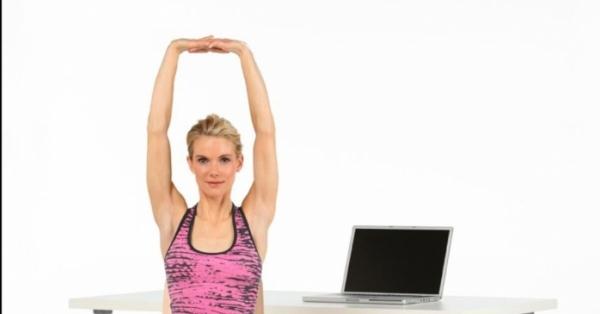 Con questi esercizi alla scrivania non serve la palestra per tenersi in forma in quarantena!
